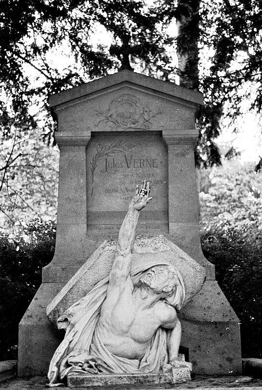 Tumba de Julio Verne en el cementerio de la ciudad de Amiens, Francia. (lepoSs/Flickr)