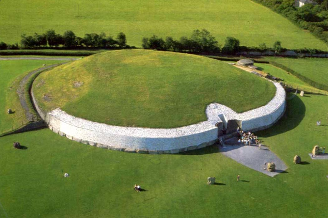 La famosa tumba de pasadizo de Newgrange (Irlanda) (Public Domain)
