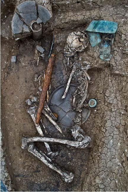La tumba de mayor tamaño descubierta en las recientes excavaciones, perteneciente a un guerrero. Se observa una tira de bronce arriba a la derecha y una vasija pedestal arriba a la izquierda. (Dimitri Narimanishvili)