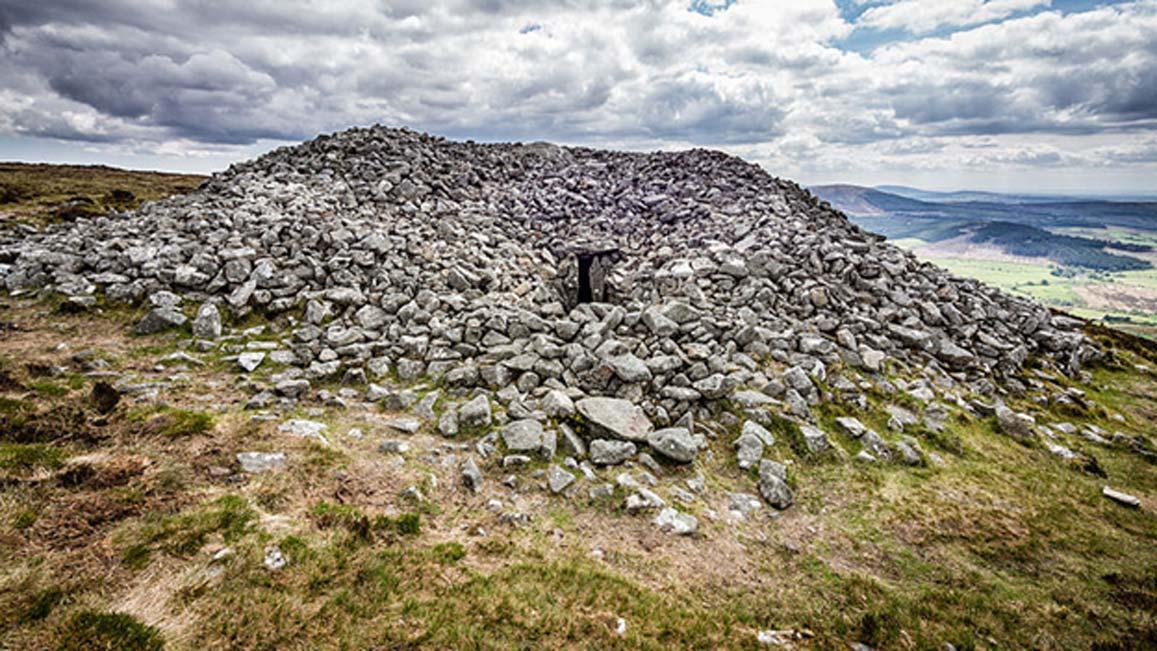 Ejemplo de una tumba neolítica irlandesa. Este cairn se encuentra en la cumbre de la montaña de Seefin, Condado de Wicklow, Irlanda (CC by SA 3.0)