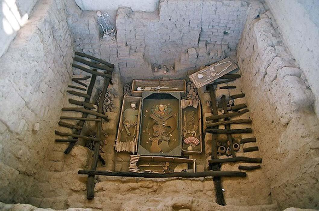 Fotografía 'in situ' de la tumba original de Huaca Rajada hallada en Sipán. Los ornamentos y esqueletos son reproducciones, ya que los originales fueron restaurados y se encuentran expuestos en el museo Tumbas Reales de Sipán de Lambayeque. (Bruno Girin/CC BY SA 2.0)