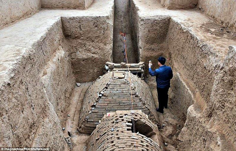 La misma cámara en la que se encuentra la ya conocida como 'pirámide de Zhengzhou' alberga otra tumba en forma de semicilindro, que mide treinta metros de largo por ocho de ancho y posee un estrecho pasillo que conduce a una cúpula principal. (Fotografía: Código Oculto).