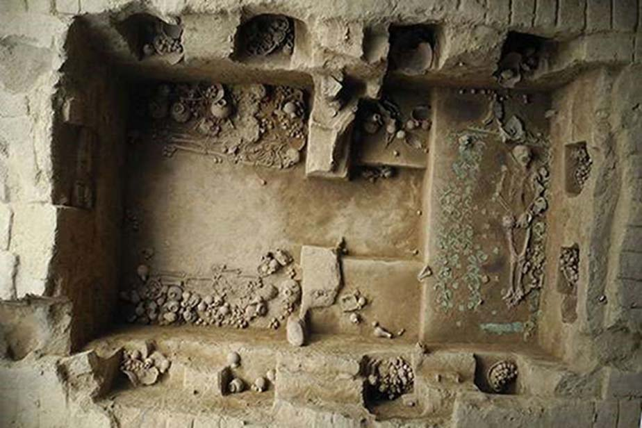 Esta tumba regia, la octava descubierta en 25 años, habría pertenecido a una sacerdotisa mochica, enterrada hace 1.200 años. La gran cantidad de hallazgos y la complejidad del entierro revelan el poder e influencia que esta mujer ejercía en vida. (Luis Castillo)
