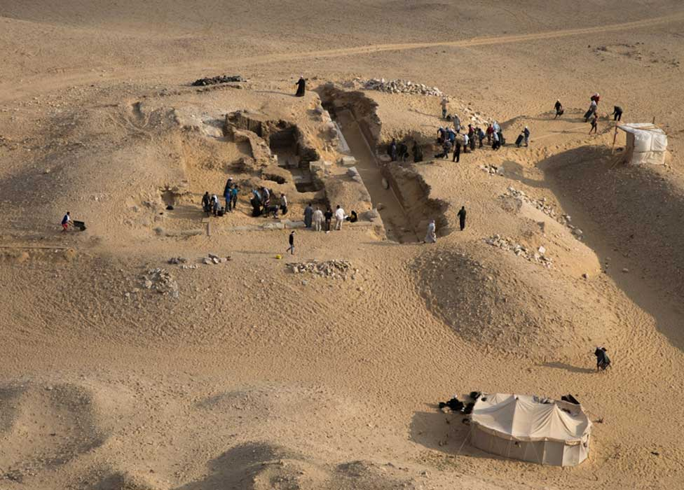 Vista de la tumba de Kaires AC 33 desde la cima de la pirámide de Neferirkare. (Imagen: Instituto Checo de Egiptología)