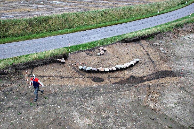 El yacimiento arqueológico se encuentra delimitado por unas piedras que señalan el lugar exacto en el que quedó soterrado el supuesto enterramiento del afamado jefe vikingo. (Fotografía: National Geographic)