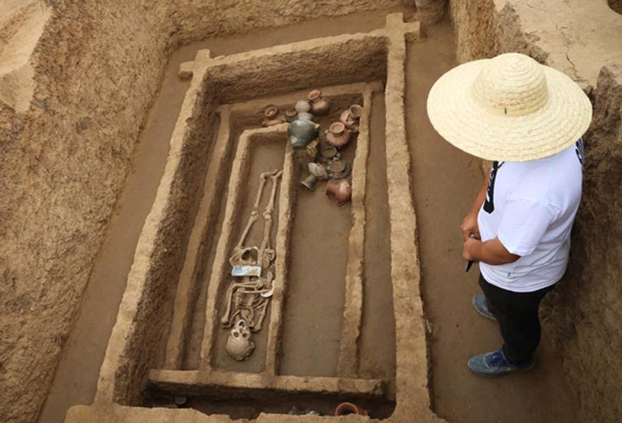 """Una de las tumbas del yacimiento arqueológico situado en Jinan, provincia de Shandong, en el que se han descubierto esqueletos """"sorprendentemente altos y fuertes"""". (Jiang Li/China Daily)"""