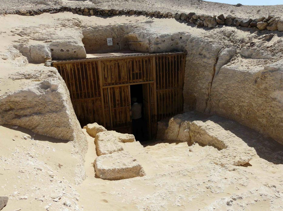 Entrada a las tumbas del sur de Amarna (Foto: Kurohito/Wikimedia Commons)