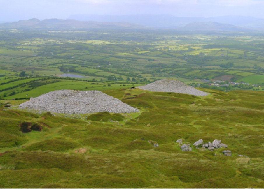 Dos de las tumbas de Carrowkeel, Irlanda. (Dominio público)