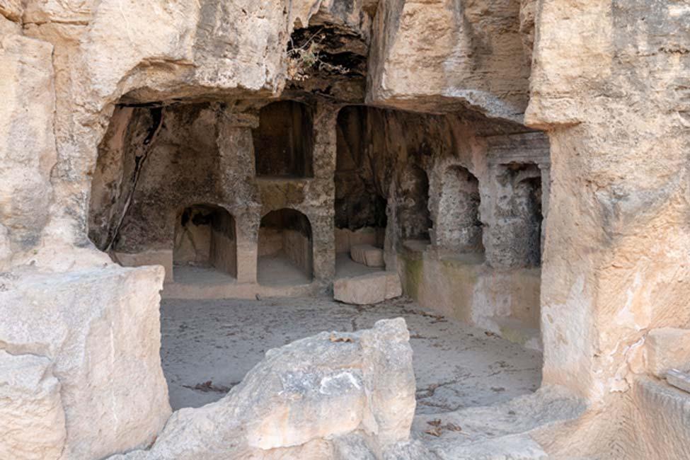 Gran complejo de las Tumbas de los Reyes con numerosos espacios funerarios individuales labrados en la roca.
