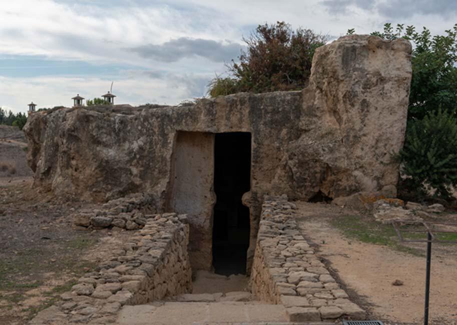 Tumba labrada en sólida roca, con gran cámara interior que podía albergar numerosos cuerpos y una amplia escalera de acceso.