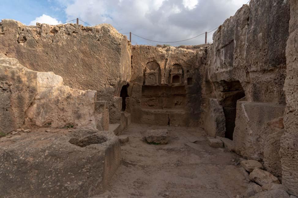 Mausoleo con tallas decorativas sobre algunas de las tumbas.