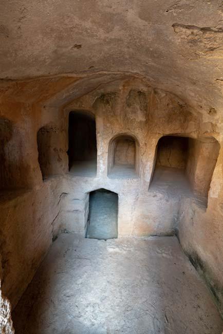 Gran complejo funerario subterráneo con numerosos nichos individuales.