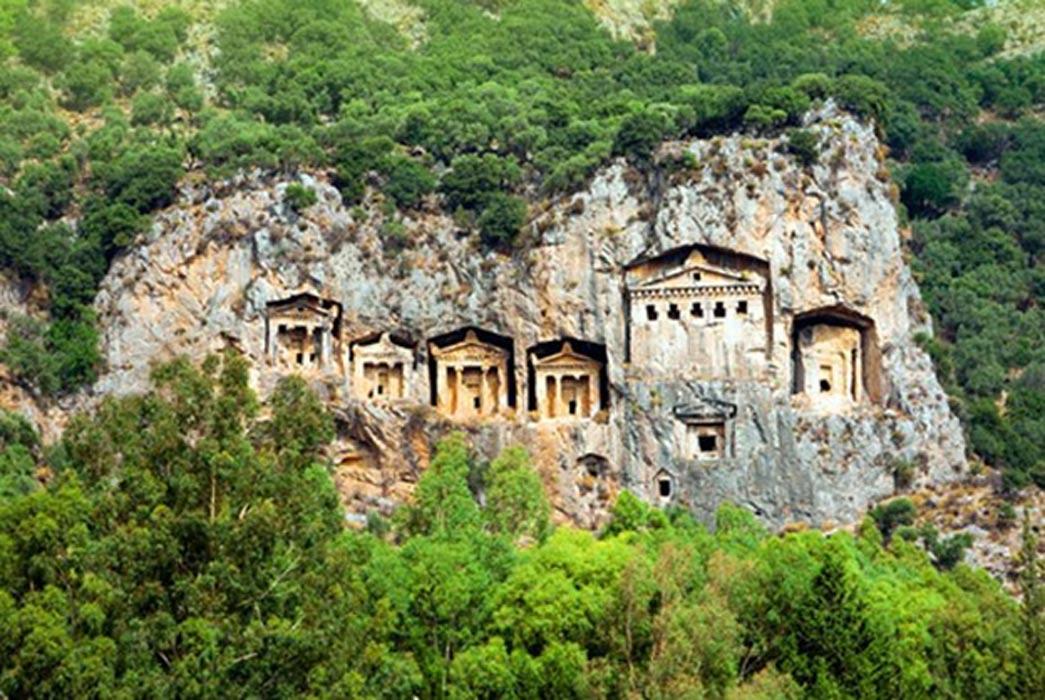 Tumbas licias excavadas en la pared rocosa de un precipicio, Turquía. (Fotografía: BigStockPhoto)