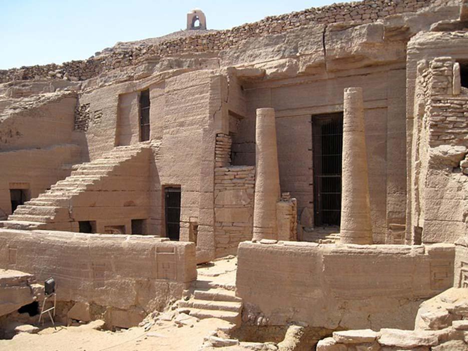 Tumbas talladas en roca descubiertas con anterioridad en Qubbet el-Hawa. (Olaf Tausch/CC BY 3.0)