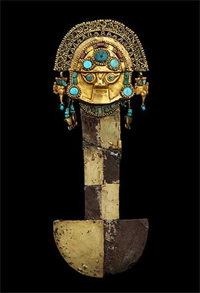 La hoja de plata de este tumi fue cubierta parcialmente con láminas de oro y coronada por una representación de Naylamp (Galería Nacional de Australia)