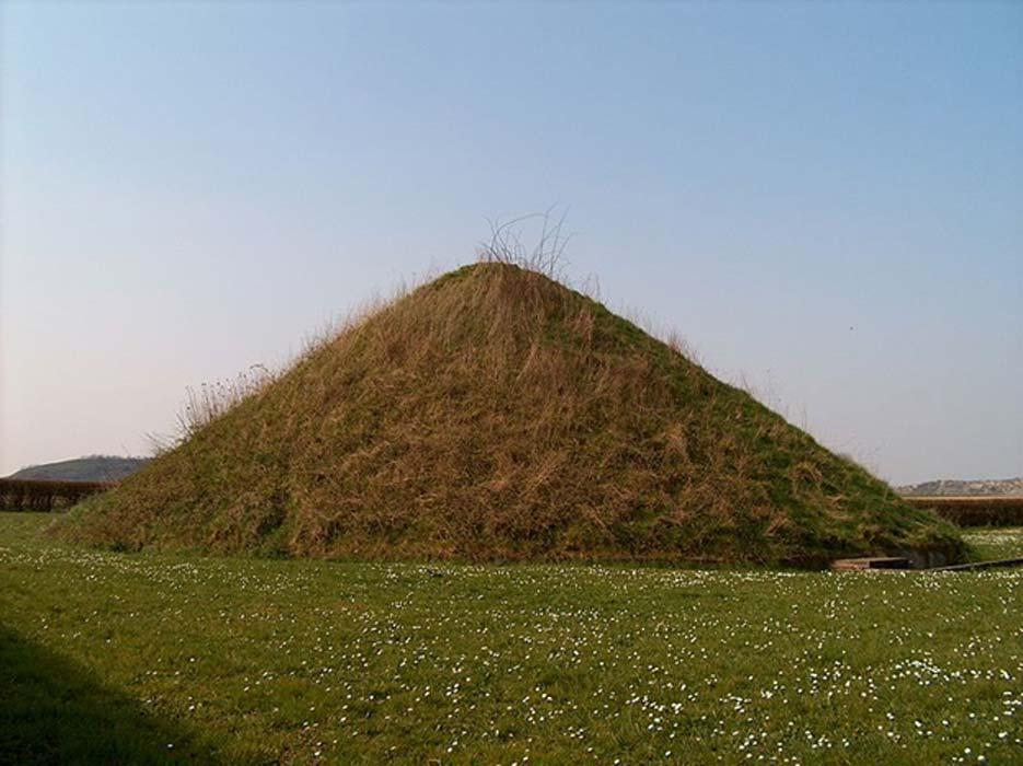 Un túmulo es un montículo de tierra, o de tierra y piedras, levantado sobre una o más tumbas. En la fotografía, Tumulus du Trou de Billemont, Bélgica. (Varec/Dominio público)
