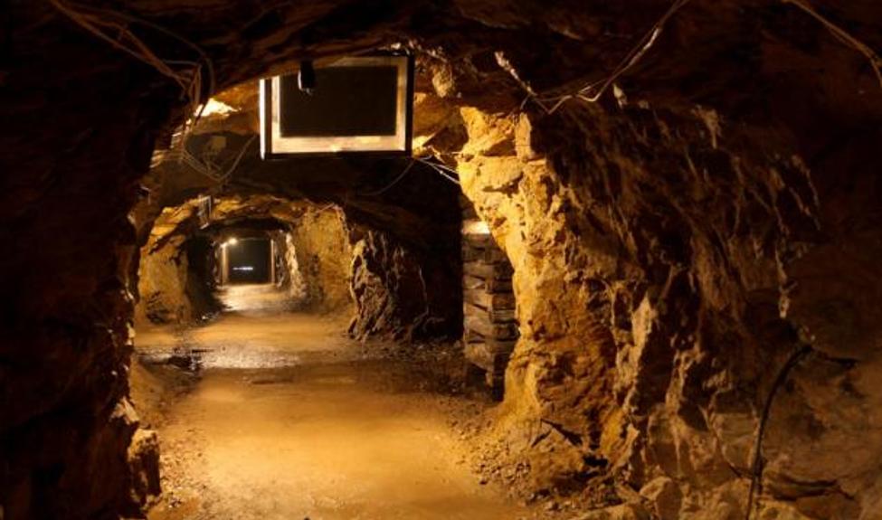 """Túnel subterráneo, parte del proyecto de construcción """"Riese"""" de la Alemania Nazi, situado bajo el castillo de Ksiaz, en Polonia (Ministerio de Asuntos Exteriores de Polonia / Flickr)"""