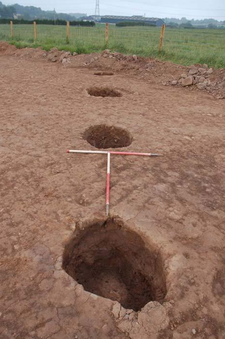Una línea de grandes postes pertenecientes a la casa neolítica. (GUARDIA Arqueología Ltd.)