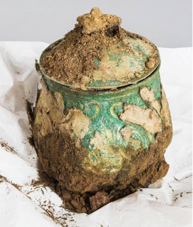 Vasija o urna carolingia llena de valiosos objetos descubierta enterrada en Galloway, Escocia.. (Historic Environment Scotland)