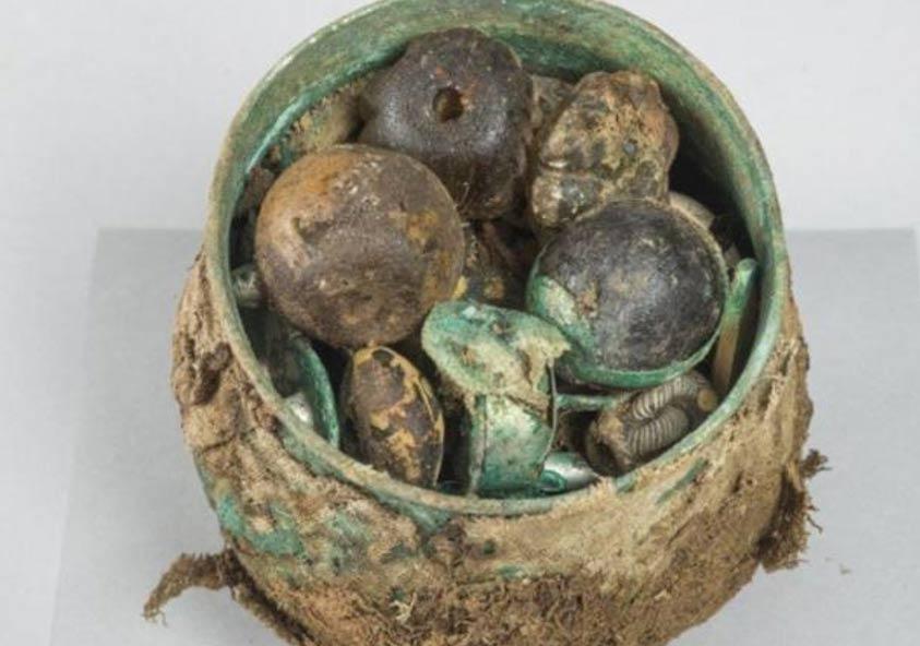 Antigua urna carolingia llena de objetos. (Historic Environment Scotland)