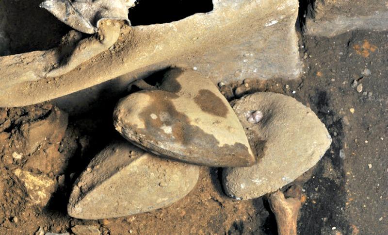 Algunas de las urnas de plomo desenterradas en el Convento de los Jacobinos de la ciudad de Rennes en cuyo interior se encontraban los corazones embalsamados. (Fotografía: Rozenn Colleter/Hervé Paitier/INRAP/SINC)