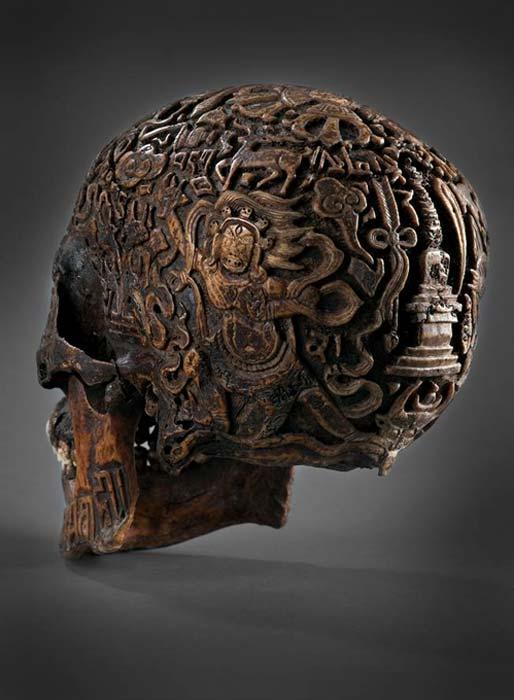 Figura de Vajparani sobre el cráneo tallado. (Klemens)