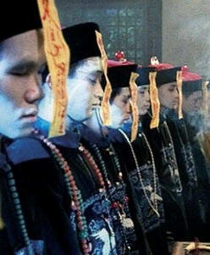 Vampiros Jiang Shi con su habitual vestimenta de funcionarios de la dinastía Qing (Imagen original)