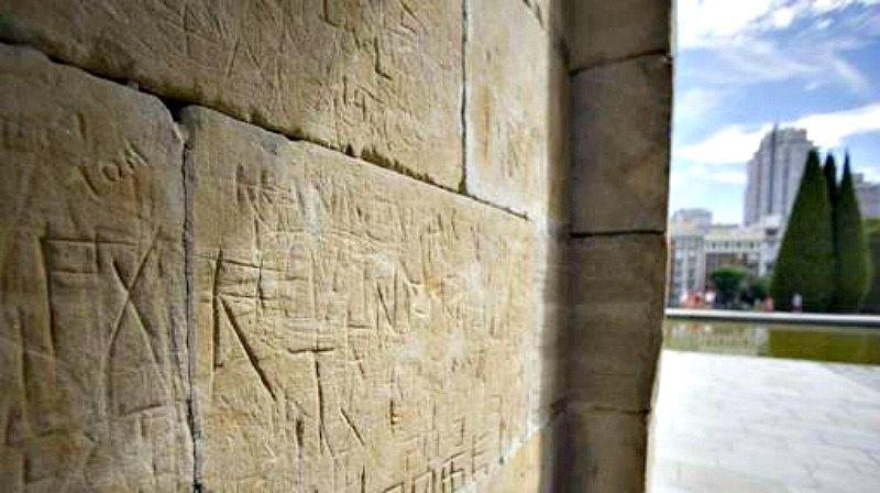 Parte de los desperfectos ocasionados por los actos vandálicos perpetrados sobre las paredes del Templo de Debod. (Fotografía: ABC/BELÉN DÍAZ)