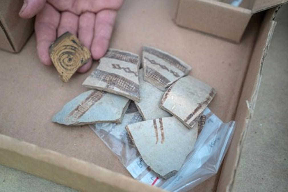 Fragmentos de vasijas cerámicas decoradas, importadas de Chipre y Grecia hace 3.400 años. (Guy Fitoussi/ IAA)
