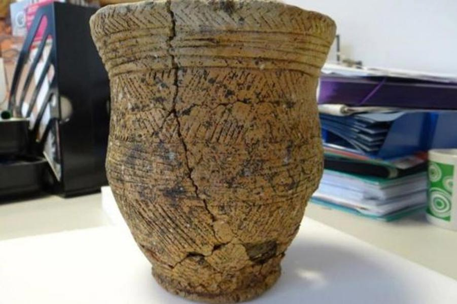 Vaso decorado hallado en la antigua tumba de Achavanich. (M. Hoole)