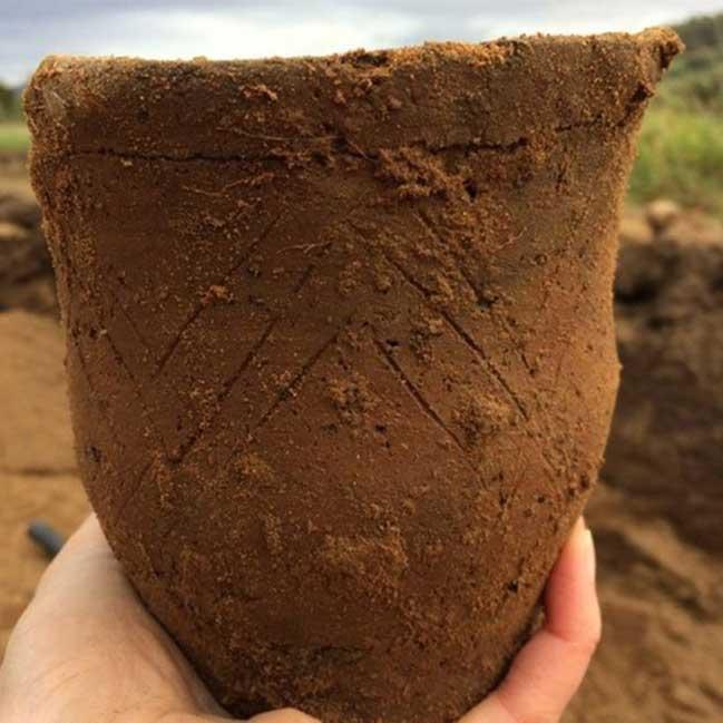El único vaso campaniforme hallado en la antigua tumba descubierta recientemente en el lago Ness. (Imagen: AOC Archaeology)