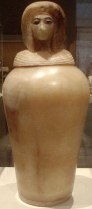 Uno de los cuatro vasos canopos egipcios de alabastro hallados en la tumba KV55. Se cree que la figura representada en éste pertenece concretamente a la reina Kiya. (CC BY-SA 2.5)