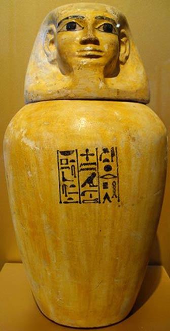 Ejemplo de vaso canopo del Imperio Medio hallado en Harageh, tumba 92. (CC BY SA 3.0) Este recipiente perteneció a Senebtisi, mujer aristócrata que vivió en la época de la dinastía XII. (c. 1938 a. C. – 1759 a. C.).