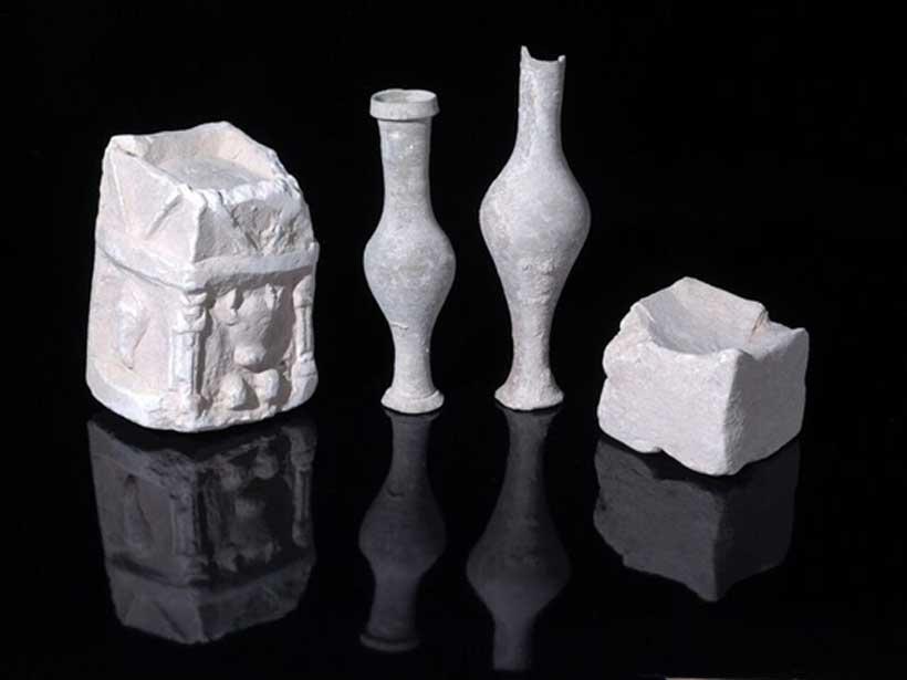 Ejemplos de vasos y jarras para el culto descubiertos en una de las habitaciones de la estructura (Imagen: Clara Amit, Autoridad de Antigüedades de Israel)