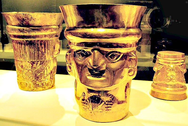 Vasos de oro del periodo Sicán medio hallados en Lambayeque. Museo Metropolitano de Nueva York, Estados Unidos. (Rosemanía/CC BY-SA 2.0)