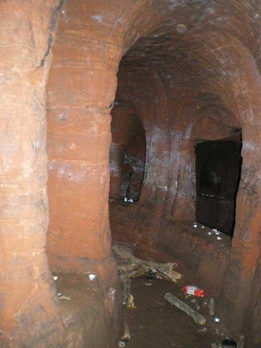 Velas y desperdicios varios esparcidos por uno de los pasadizos de las cuevas de Caynton. (Richard Law/CC BY SA 2.0)