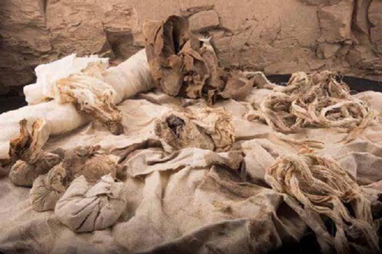 Algunos de los vendajes para el embalsamamiento hallados en una cámara situada por debajo del nivel principal de la tumba de Ipi. (Fotografía cortesía de la expedición arqueológica española)