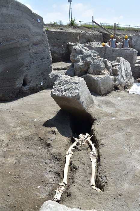 La víctima está acostada sobre su espalda como si se hubiese girado para ver el bloque y le hubiese golpeado entonces en plena cara. Pompeya - Parco Archeologico