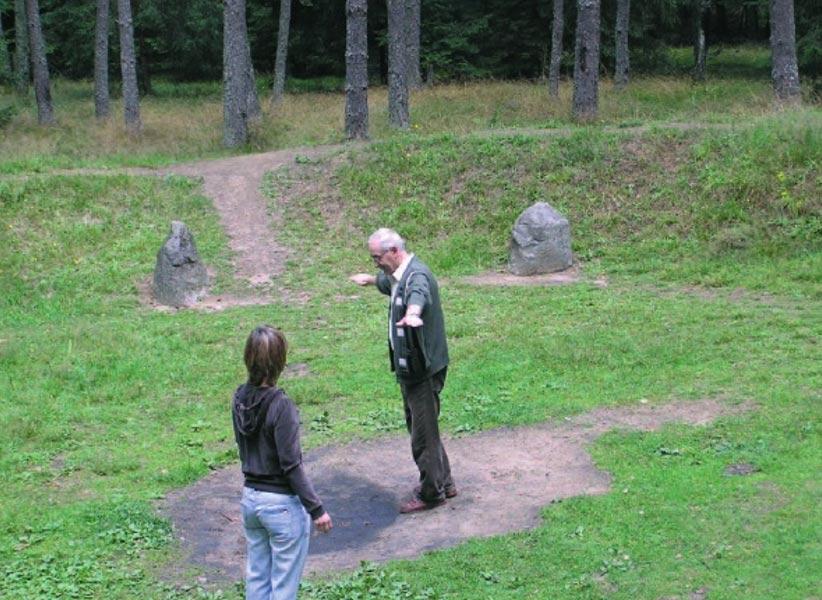 Visitantes en el interior de uno de los círculos de piedras de Grzybnica. (M. Pawleta)