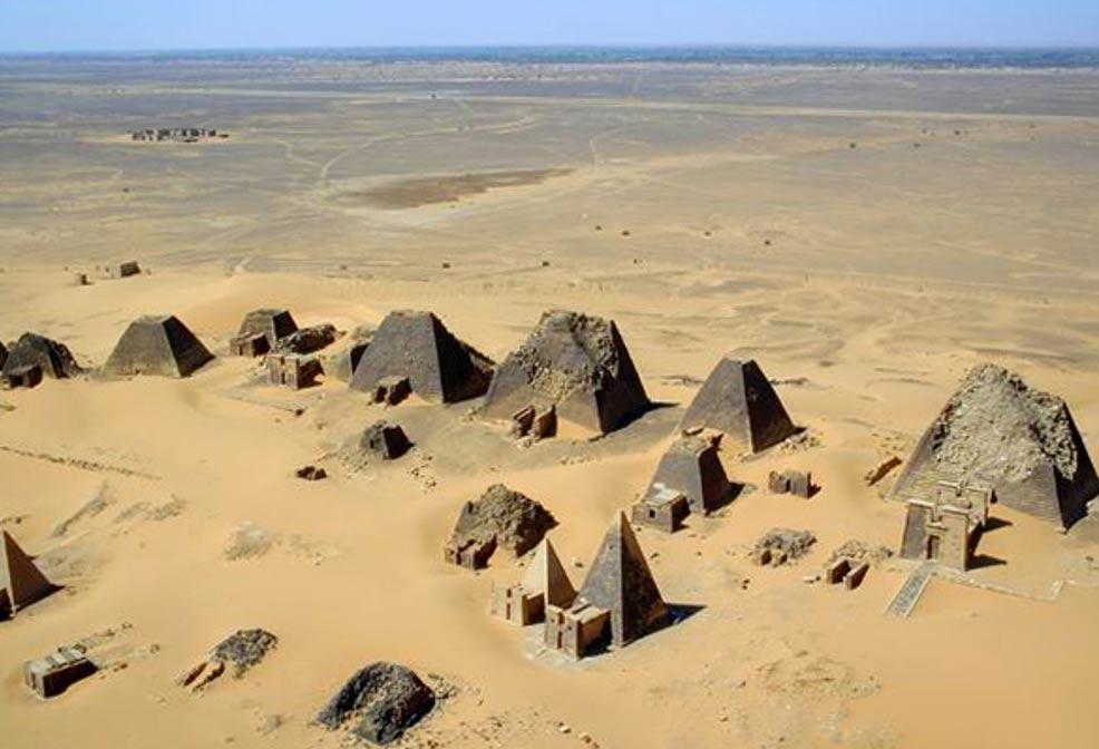 Vista aérea de las pirámides de Meroe en el año 2001. (B N Chagny/CC BY SA 1.0)