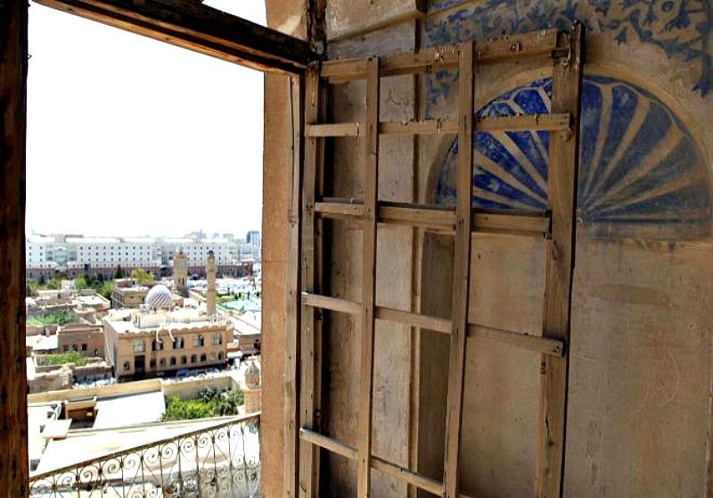 Panorámica de la ciudad de Erbil desde uno de los edificios aún sin restaurar de la época otomana, en el interior de la ciudadela. (Fotografía: Francisco Carrión /El Mundo)