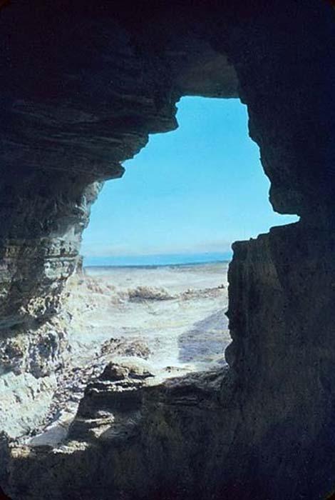 Vista del mar Muerto desde una de las cuevas de Qumrán. (Dominio público)