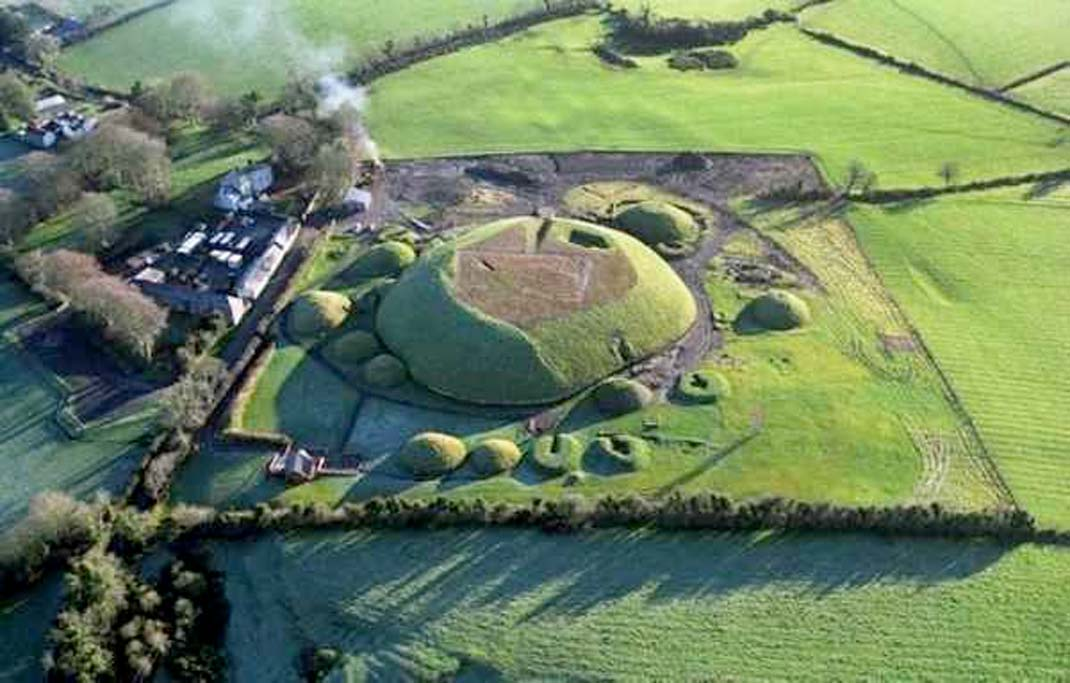 Vista aérea de Knowth. (Dept. Environment, Heritage & Local Government)