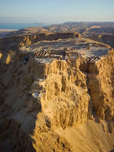 Vista aérea de las ruinas de la fortaleza de Masadá en el antiguo desierto de Judea, actual Israel (CC BY SA 4.0)