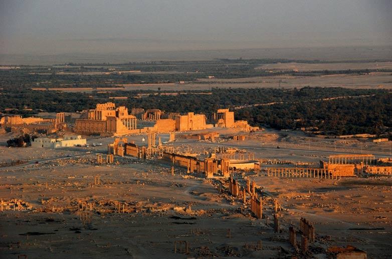 Vista aérea de la antigua ciudad de Palmira (Tadmur), 2008, en la que se pueden observar el ahora destruido Templo de Bel, la Columnata y el Arco de Triunfo. (CC BY 2.0)