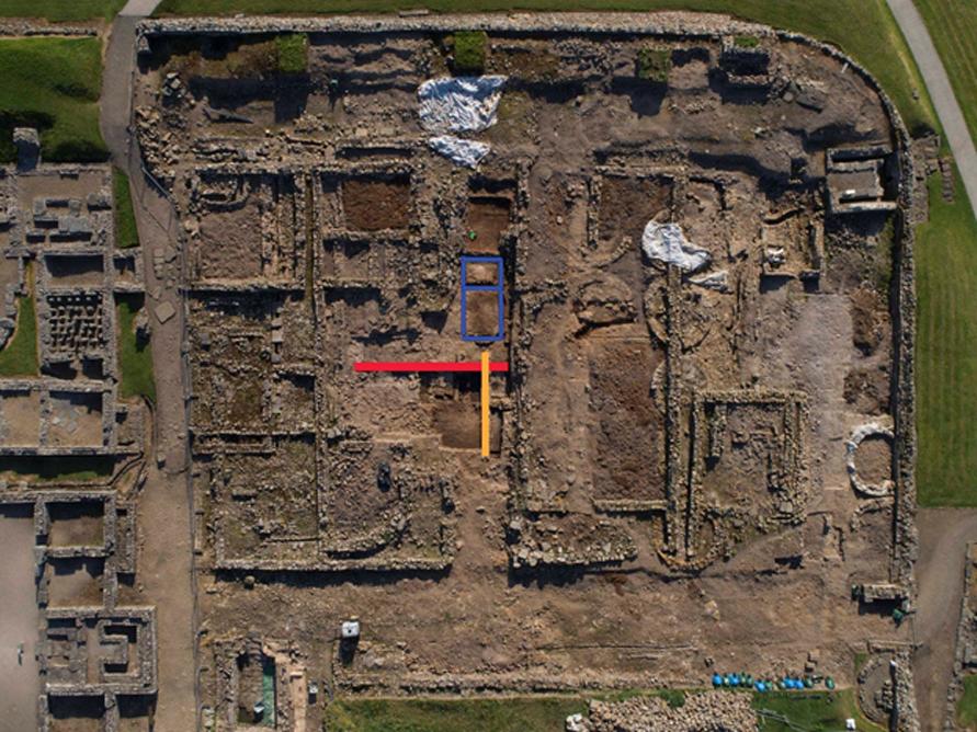 Vista aérea del fuerte y la zona que está siendo excavada actualmente en el yacimiento de Vindolanda. Los recuadros azules marcan el lugar donde han sido descubiertas las cartas. (vindolanda.com)