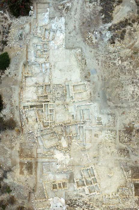 Vista aérea de parte de la zona excavada en el antiguo cementerio minoico de Petra, Creta. (Imagen: Culture.gr)