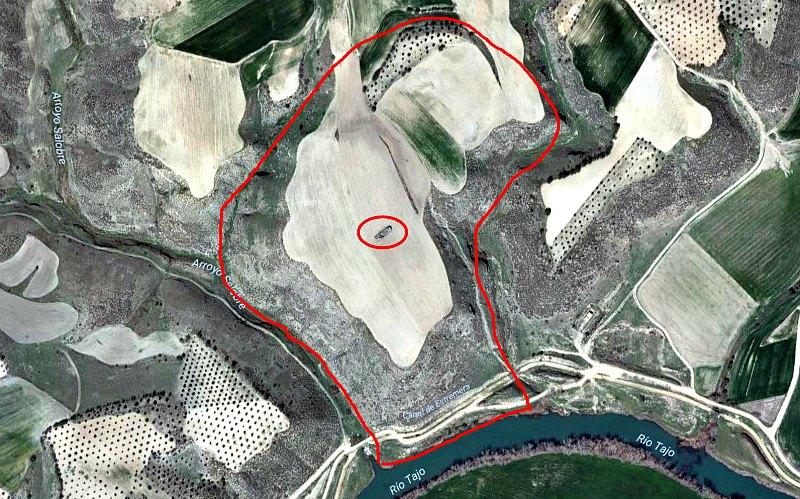 Vista aérea del cerro donde se hallan los restos arqueológicos de Caraca, con la ermita que se levanta sobre el templo justo en su punto central. (Fotografía: El Periódico)