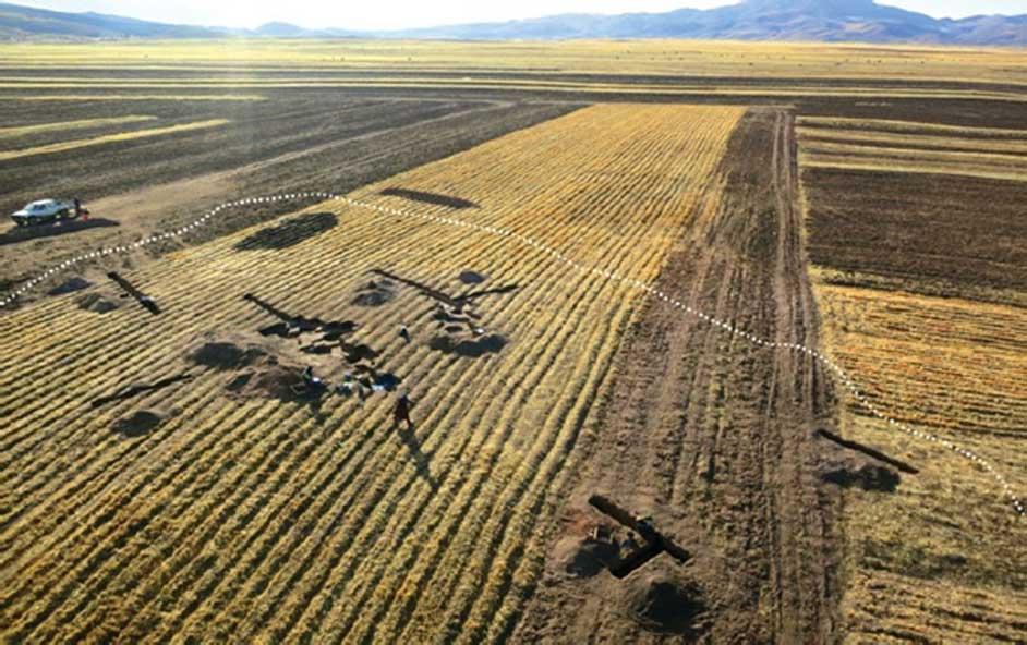 Vista aérea en dirección noroeste del lugar de las excavaciones en Soro Mik'aya Patjxa, situado en una vasta llanura del altiplano cercana al centro de la cuenca del río Ilave. (Fotografía: Randall Haas)