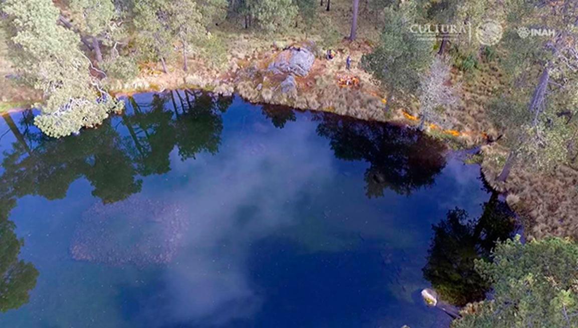 Vista aérea del lago en Nahualac, yacimiento situado sobre la ladera del volcán Iztaccíhuatl cuyo santuario fue concebido para representar el universo. Fuente: Isaac Gómez, cortesía del Proyecto Arqueológico Nahualac, SAS-INAH.